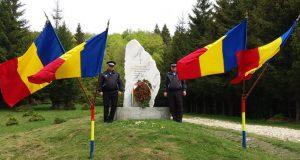 Coroană de flori depusă de Ziua Eroilor și la monumentul din pasul Bratocea