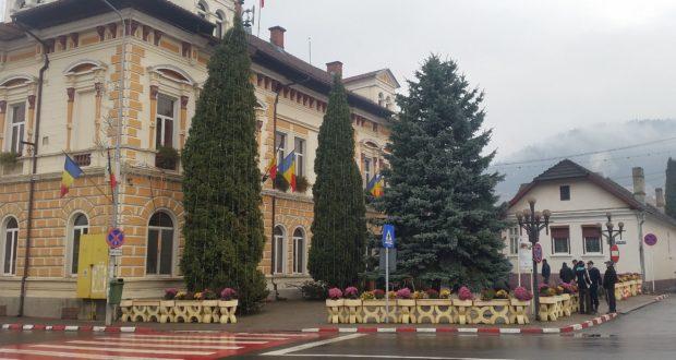 Miroase a sărbătoare în oraş: Primăria instalează pomii de Crăciun.